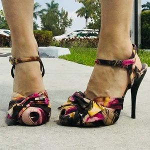 Steve Madden pumps colorful with bows   Tag says 7
